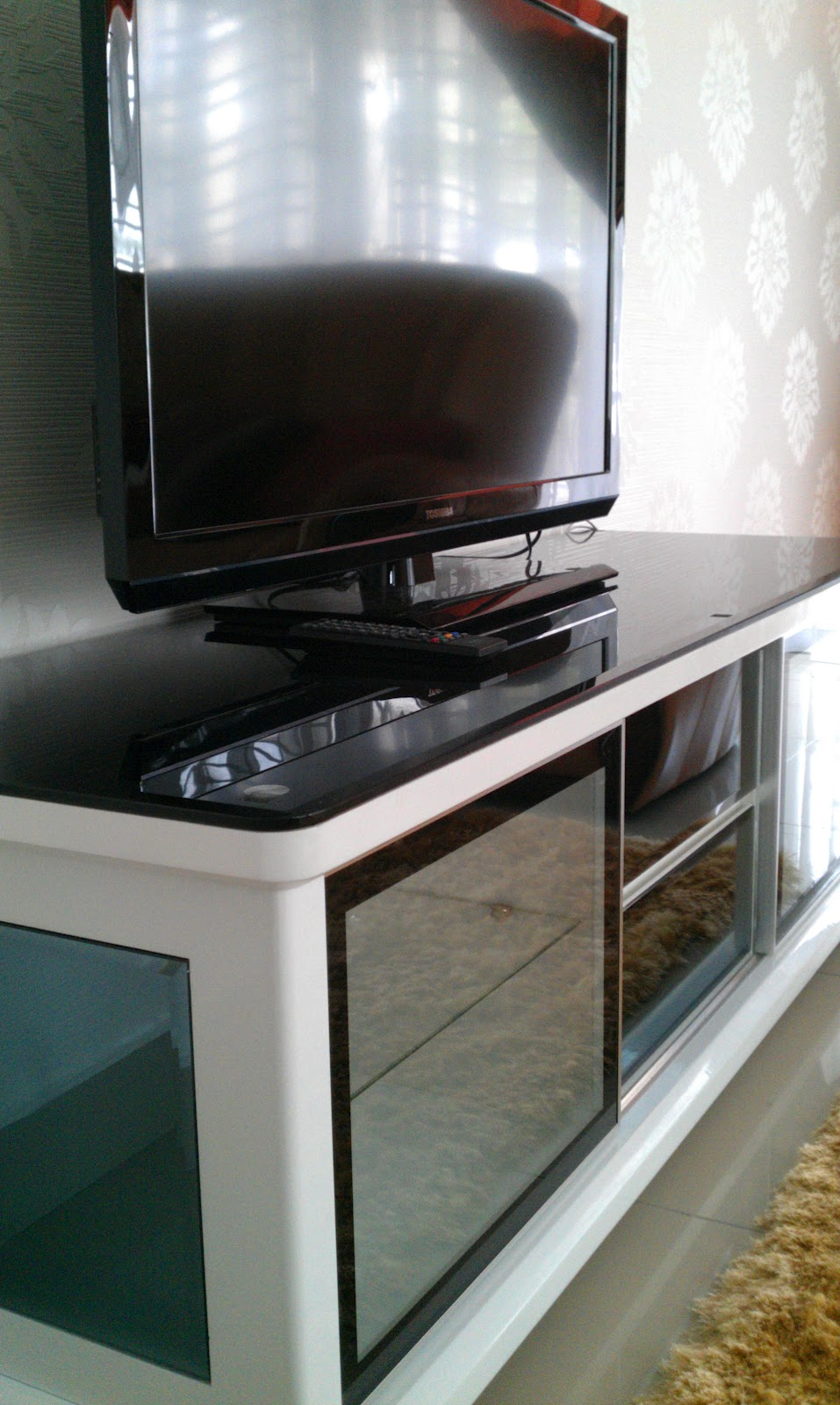 Lucky Tulip: Pencarian TV cabinet