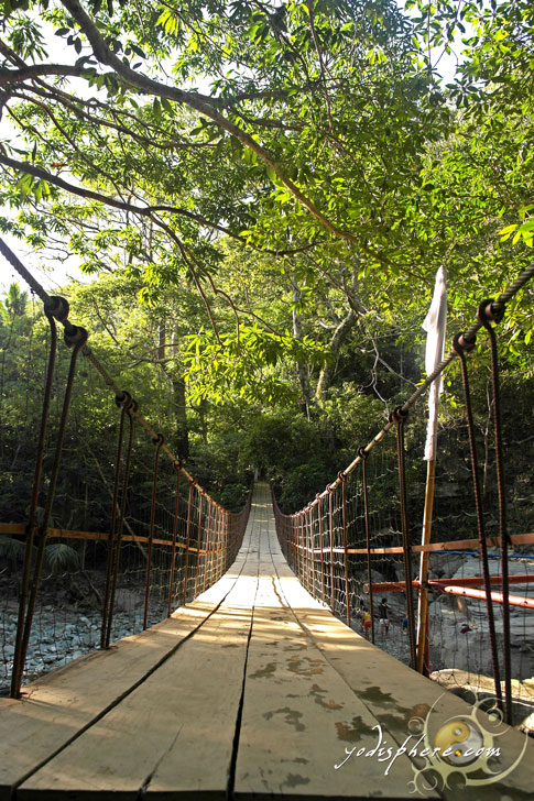 Photo of the hanging bridge connecting two sides of Calawagan River