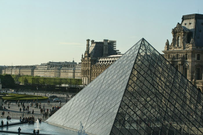 piramide louvre paris