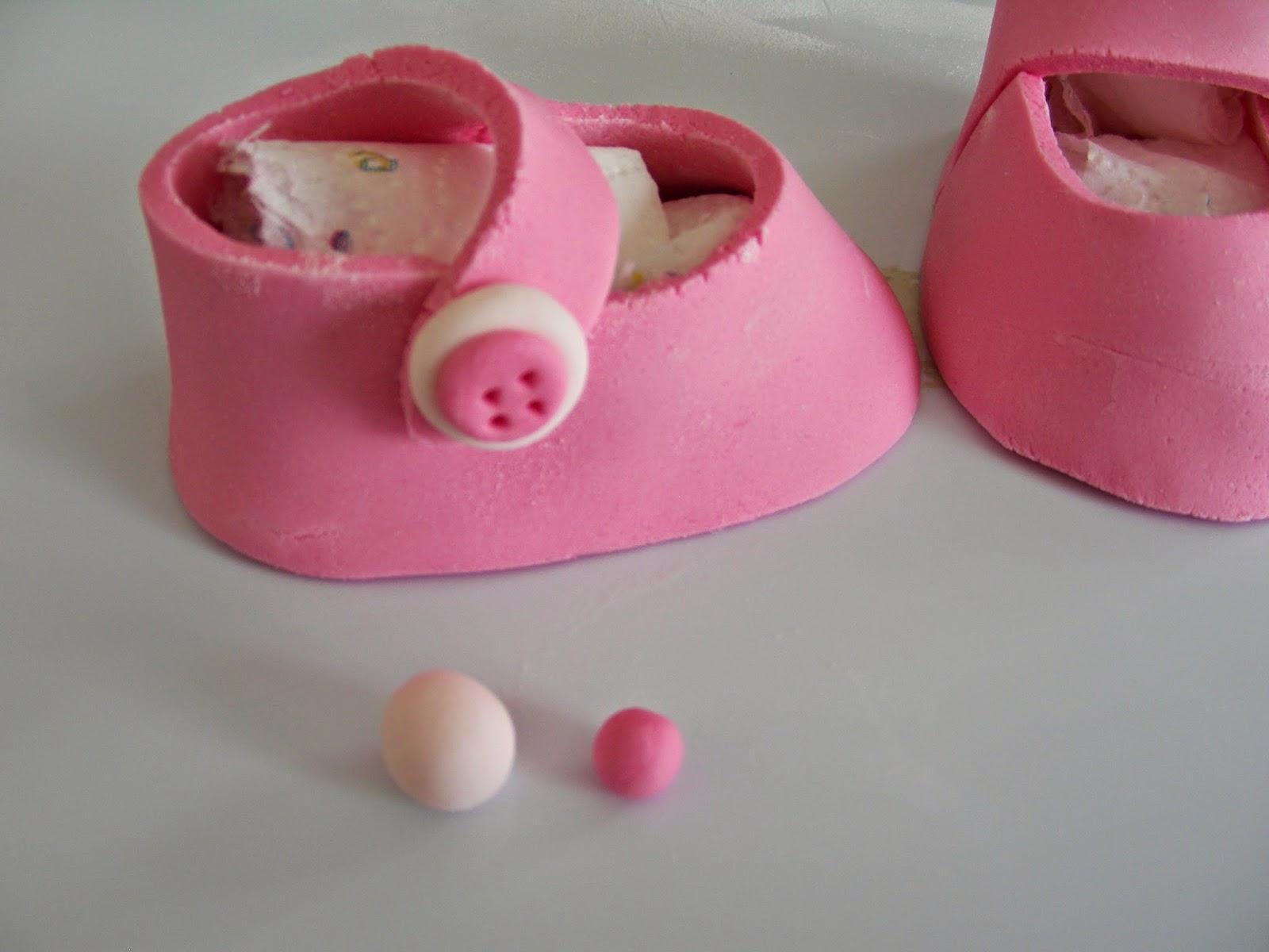 Chaussons en p te sucre pour b b for Faire des decors en pate a sucre
