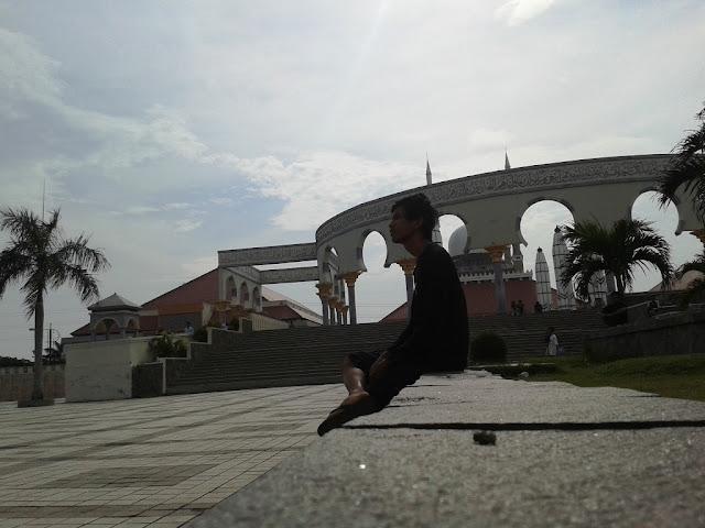 Di halaman depan Masjid Agung Semarang