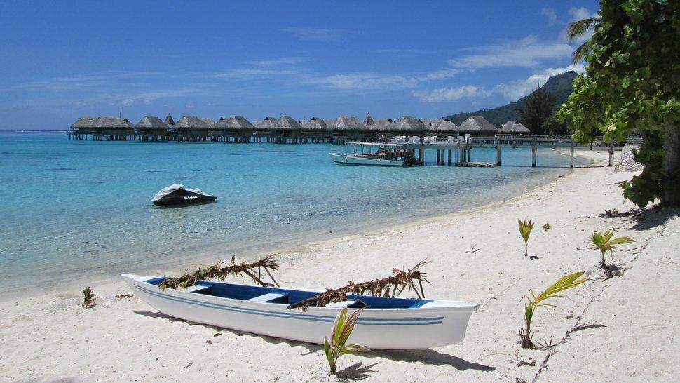 Plage de sable blanc et lagon bleu du Sofitel Moorea Ia Ora Beach Resort