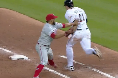 Cesar Jimenez tags Christian Yelich with bare hand