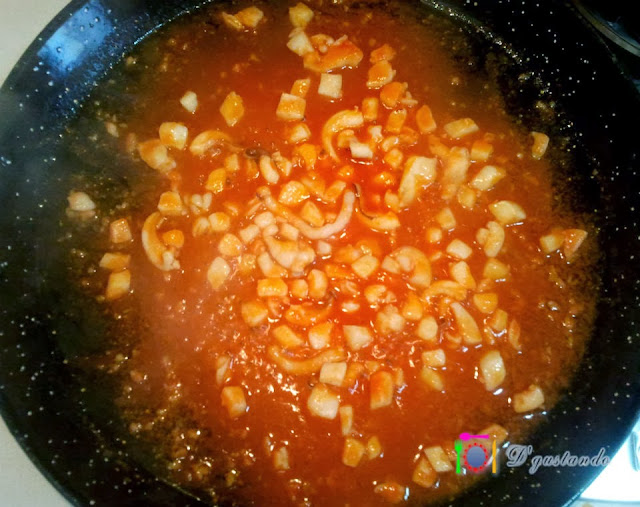 Incorporamos el pimentón y el tomate triturado