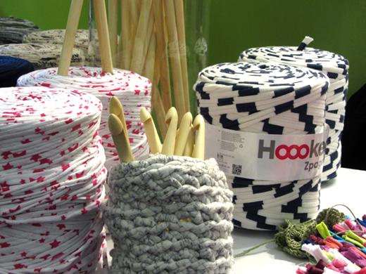 Bobine de tissu recyclé et crochet en bois - cocoflower - aiguilles en fête