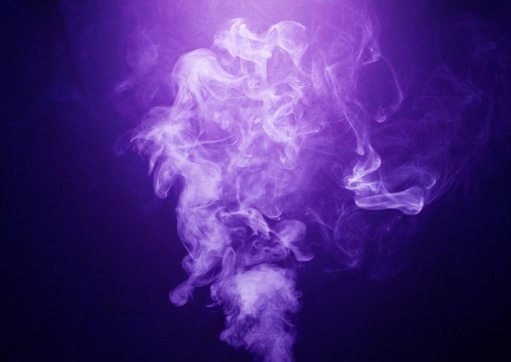 Rök mot lila bakgrund