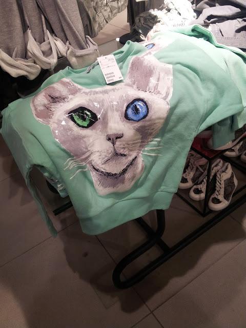 Il gatto sulla maglia è di tessuto lucido