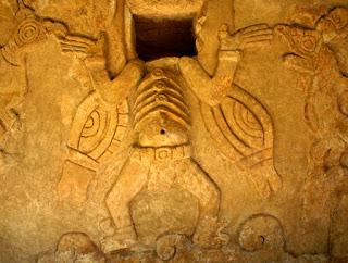 """Durante este viaje Joao visitó el Museo de  Antropología de Mérida donde encontró """"una  urna conocida como el Incensario de Mayapán,  que tenía la forma del dios Chaac, el dios de la  lluvia, y un dibujo semejante a los del Códice  Madrid y que había pertenecido al gran  sacerdote Ah Kin Mai, personaje representado  con alas y antenas de abeja."""""""