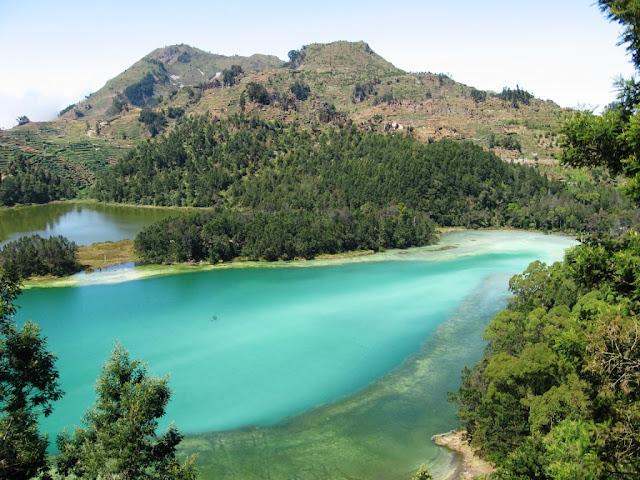 danau di indonesia yang berwarna aneh