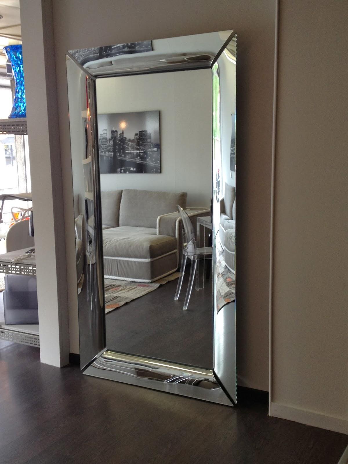 Casa di classe pi luce con i mobili specchiati for Mobili piu