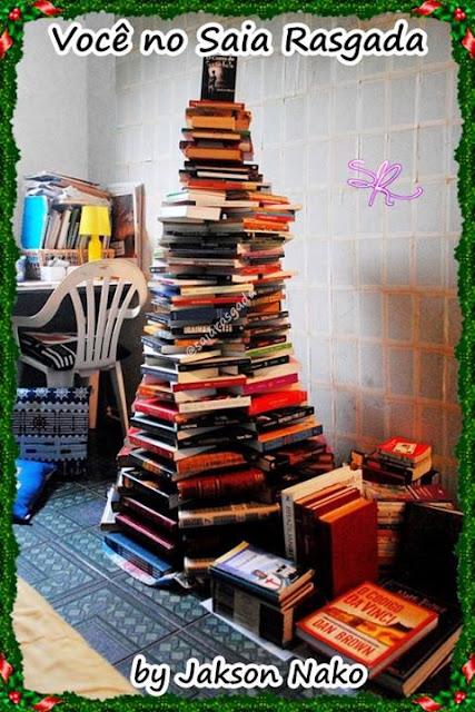 nosso leitor enviou a foto da sua arvore de natal feita só com livros