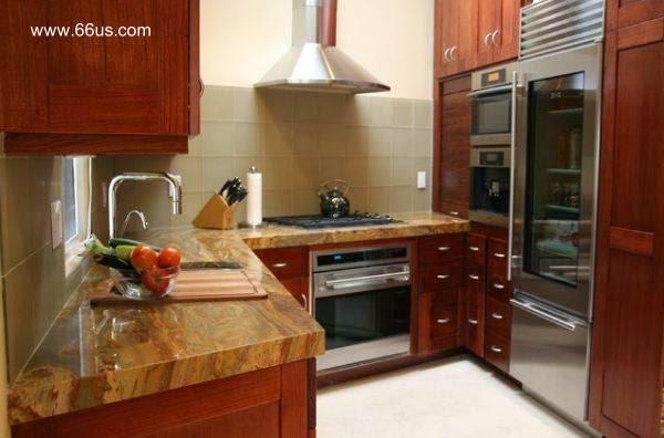 Cocina contemporánea con equipamiento de alto estándar