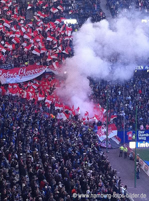 Fortuna Düsseldorf Fans, Gastmannschaft beim HSV, Rauch in der Fankurve