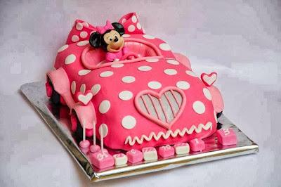 Tarta Minnie Mouse en coche rosa