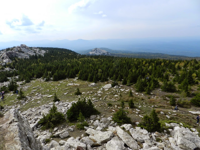 Вид с вершины хребта Зюраткуль на Голую сопку