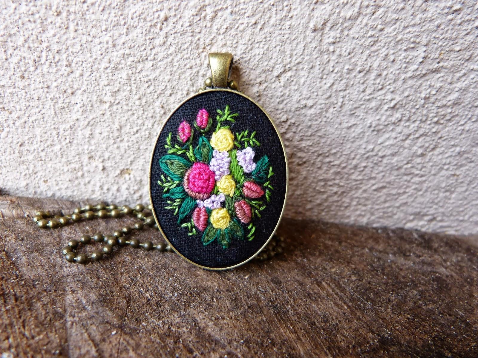haft rococo, embroidered pendant, haftowane róże, haftowany naszyjnik, naszyjnik z haftem, embroidered jewerly, naszyjnik vintage, medalion z haftem, handmade jewerly,