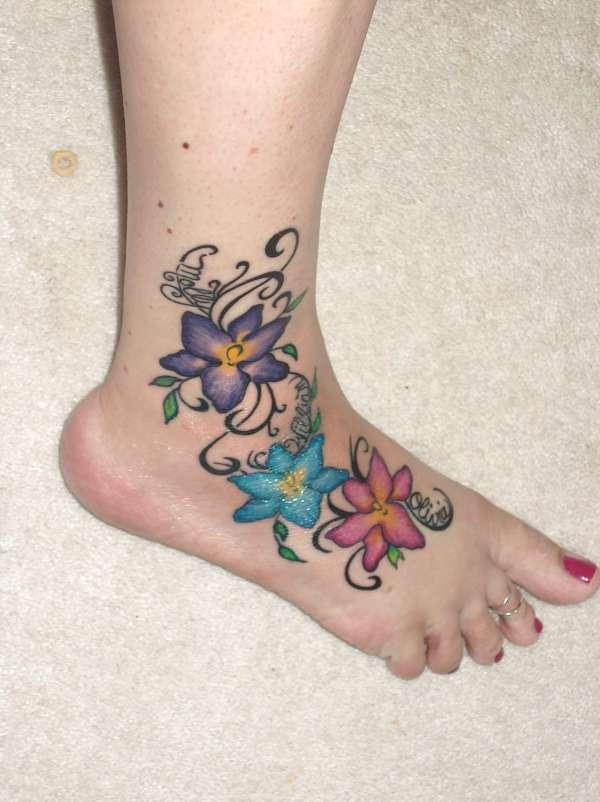 girls tattoos on foot