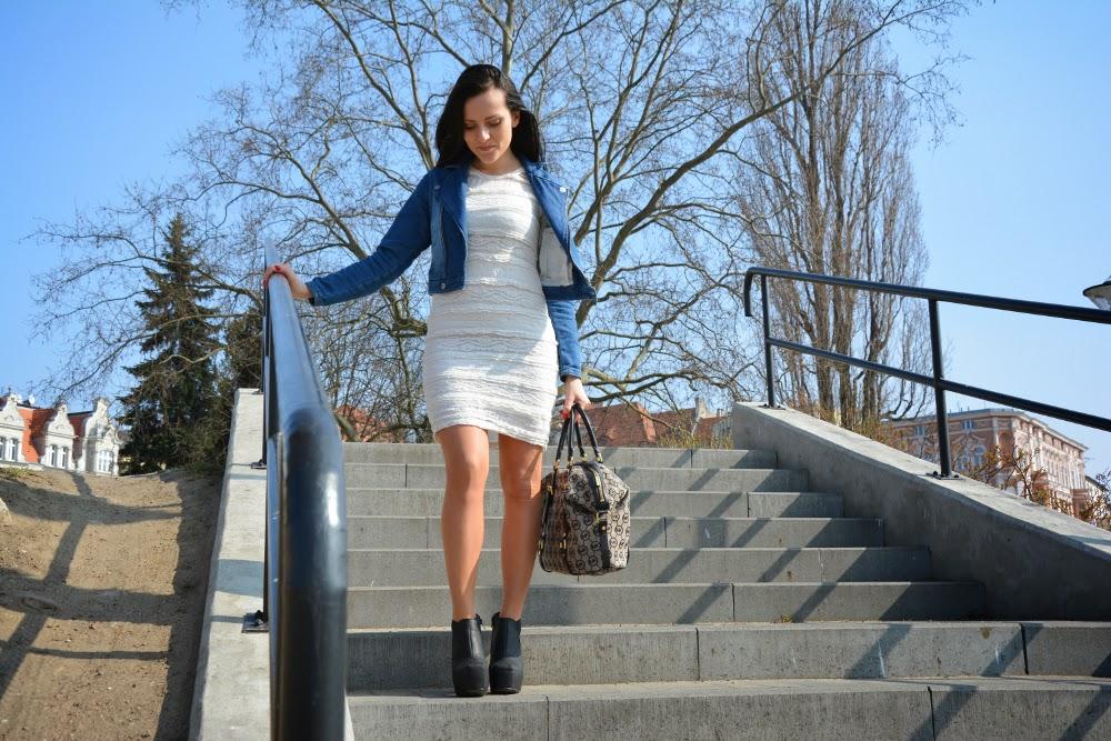 biala sukienka i ramoneska
