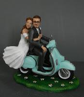 sposi su vespa cake topper milano statuine torta noozze orme magiche