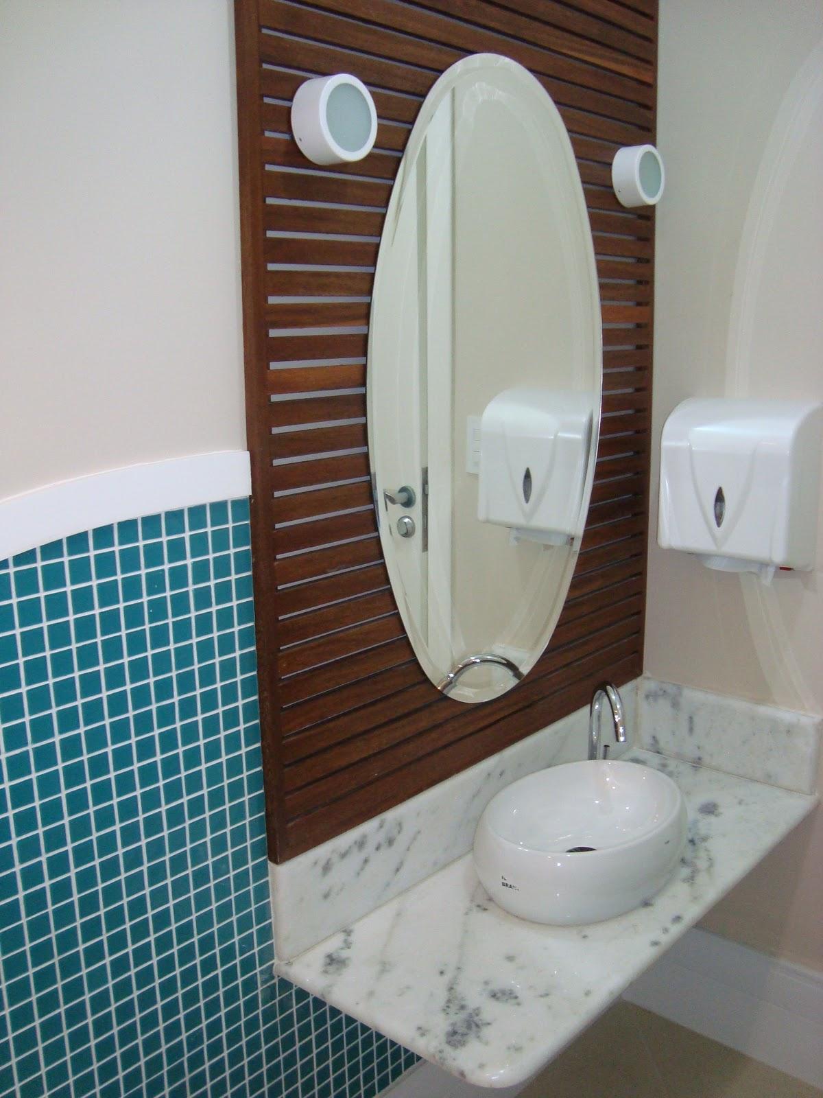 Banheiro Infantil: Pastilhas e painel de madeira do espelho dão o tom  #184F5D 1200 1600