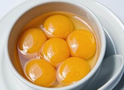 محّ البيض -صفار البيض يساعد فى علاج الشعر