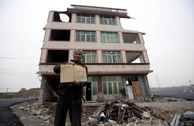 Inilah Satu-satunya Rumah Ditengah Highway Di China