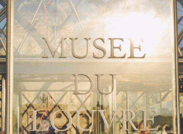 Museé de Louvre sign