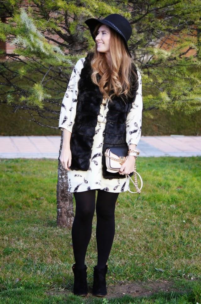 look_con_vestido_y_chaleco