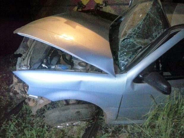 Carro ficou destruído com impacto (Foto: Polícia Militar)