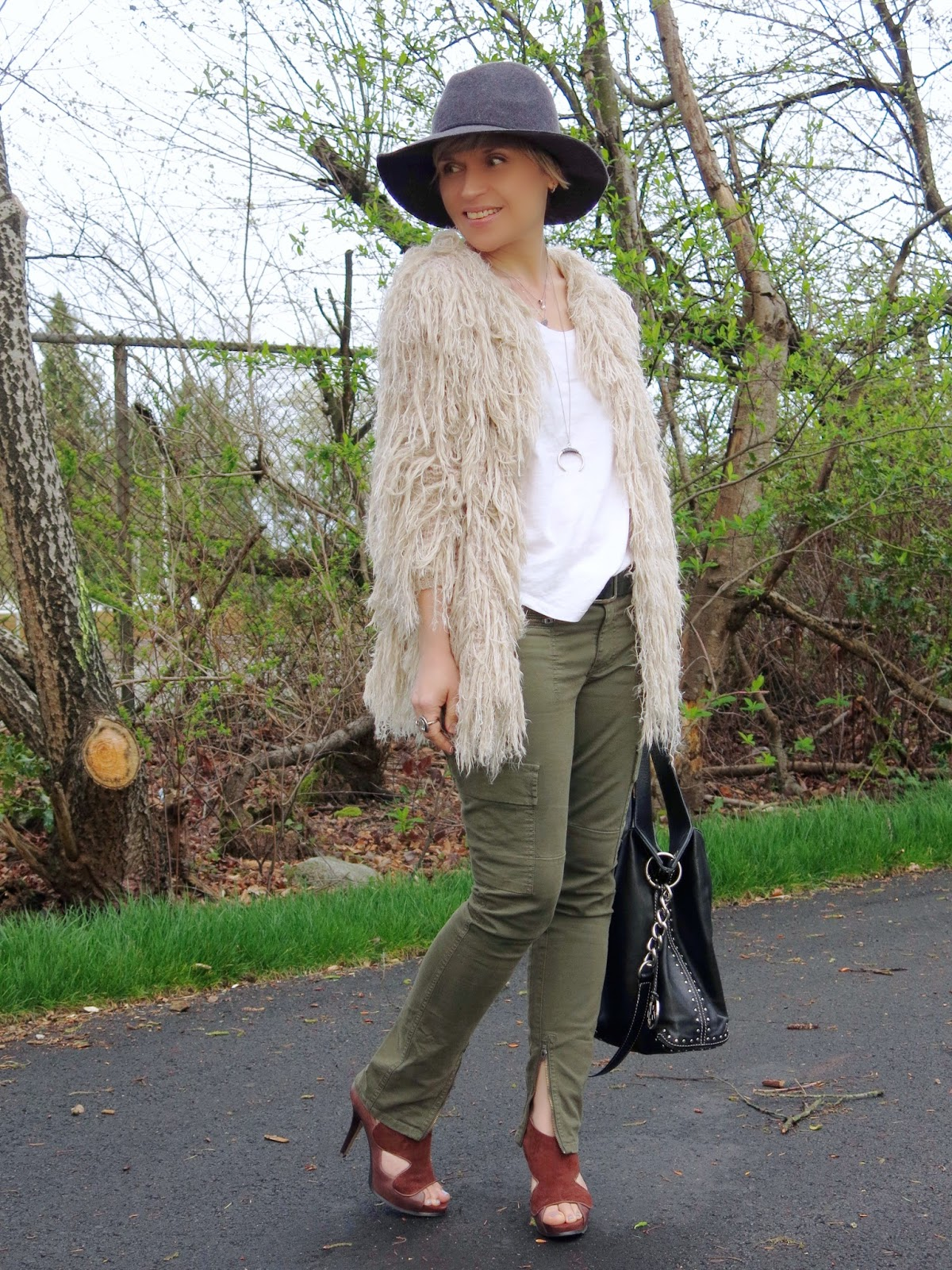 styling skinny cargo pants with a fringy cardigan and floppy hat