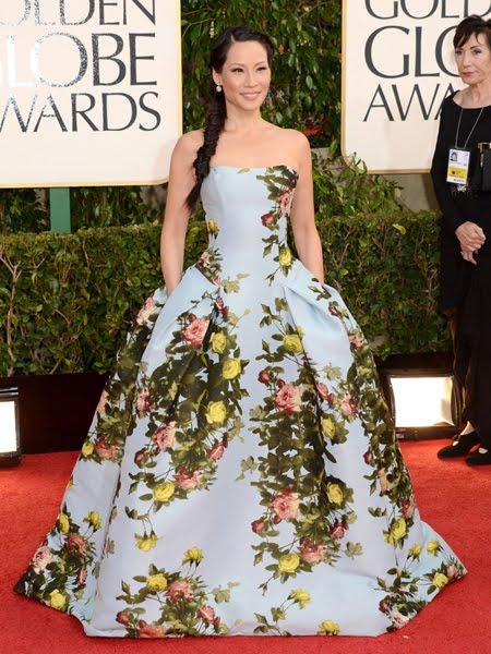 Луси Лиу в рокля на едри рози на Carolina Herrera