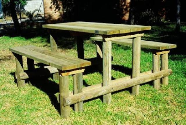 mesa rectangular con dos bancos completan este conjunto rstico y sencillo