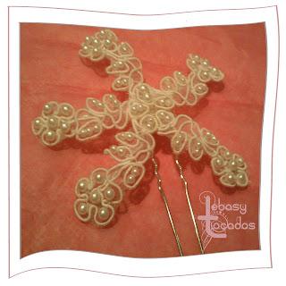Tocado en forma de flor estrellada con perlas para novias de Lebasy Tocados.