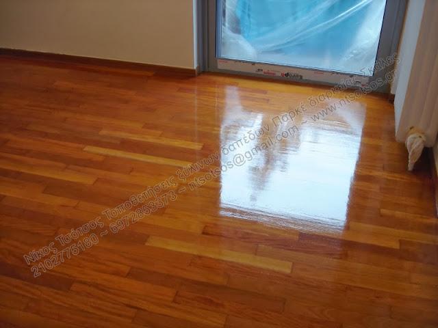 Τρίψιμο ,στοκάρισμα και λουστράρισμα σε ξύλινο πάτωμα από ξυλεία Badi