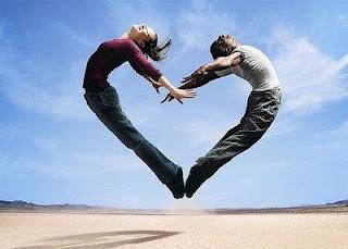 hombre y mujer que forman corazón