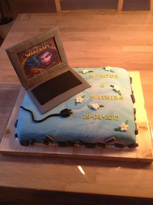 Så blev det konfirmationstid og et par glade tvillingedrenge fik en kage med deres yndlingsspil.