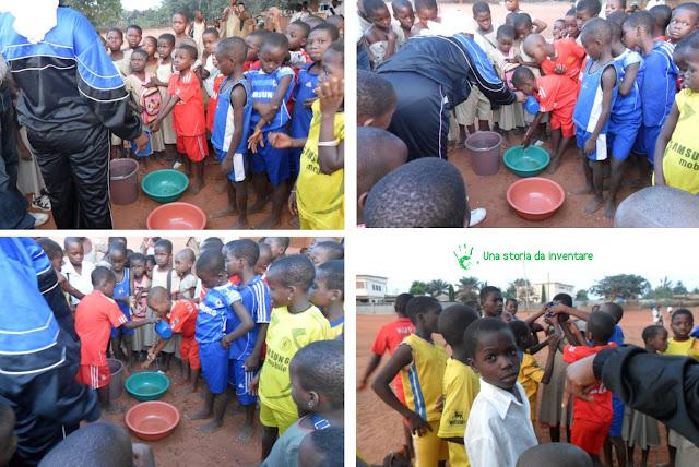 I bambini della scuola di Noepé si lavano dopo l'educazione fisica