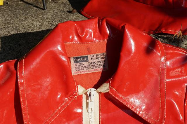 """vintage années 50 60 70 1960 1970 1950 raincoat red navy blue rouge bleu vinyl brocante yard sale car boot sale deux imperméables et leurs chapeaux pour les mômes  un nouveau porte plantes """"portée , note de musique , clé de sol""""  un magazine pour un futur article"""