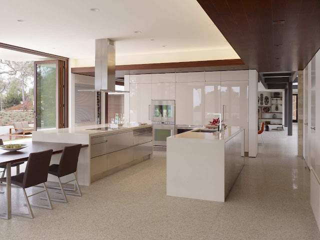 Modern white kitchen in Oz House in Silicon Valley