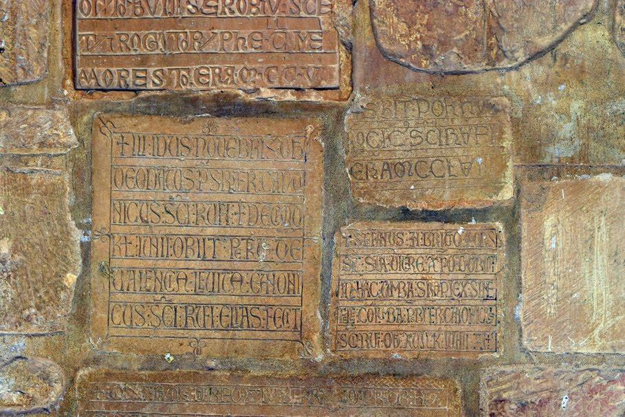 Lápidas reutilizadas en San Miguel de Escalada