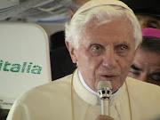El Papa Benedicto XVI respondió a cuatro preguntas que le formularon los . papa avion