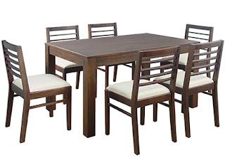 Mesas de madeira com cadeiras