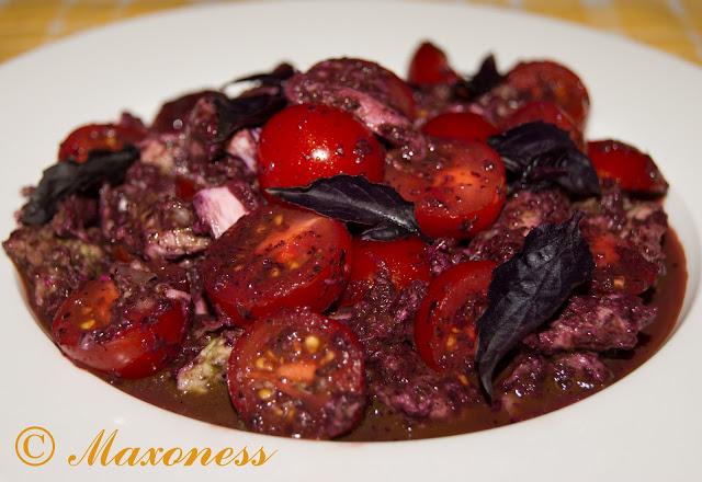 Салат из томатов с моццареллой в базиликовой заправке
