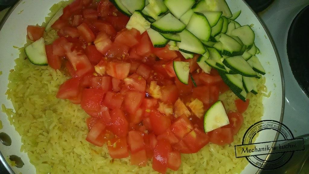 Mechanik w kuchni Mintaj na ryżowej poduszce pomidor i cukinia