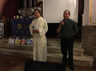 Dos presbíteros presentando la celebración de la Vigilia de la Luz