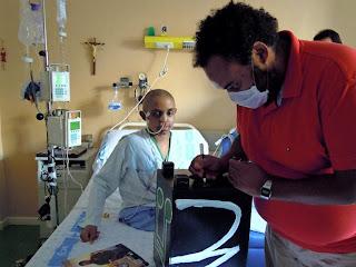 Luis M. Es visitado por Carlos Jean en el hospital, en Salamanca. Fotografia asociacion Pyfano
