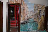 Malowanie obrazu na ścianie, mural, czyli artystyczne dekorowanie ścian.