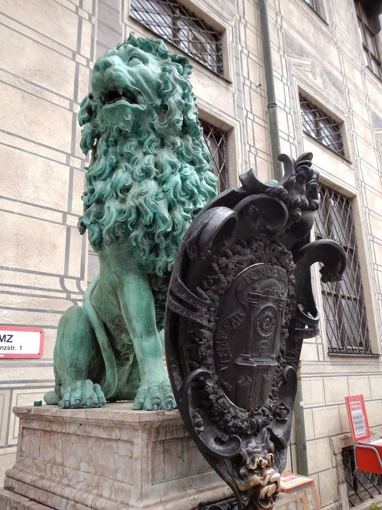 Brunnenhof Munchen lion