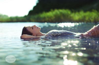 http://2.bp.blogspot.com/-5eijUTRC-mQ/Tgs456lk0AI/AAAAAAAAM4A/C2CkyobW96A/s400/girl+floating+in+water.jpg