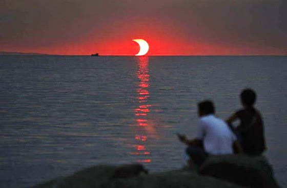 صور يصعب تصديقها eclipse-and-sunset-h